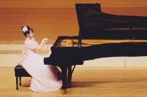 トップページ_ピアノ弾いている写真